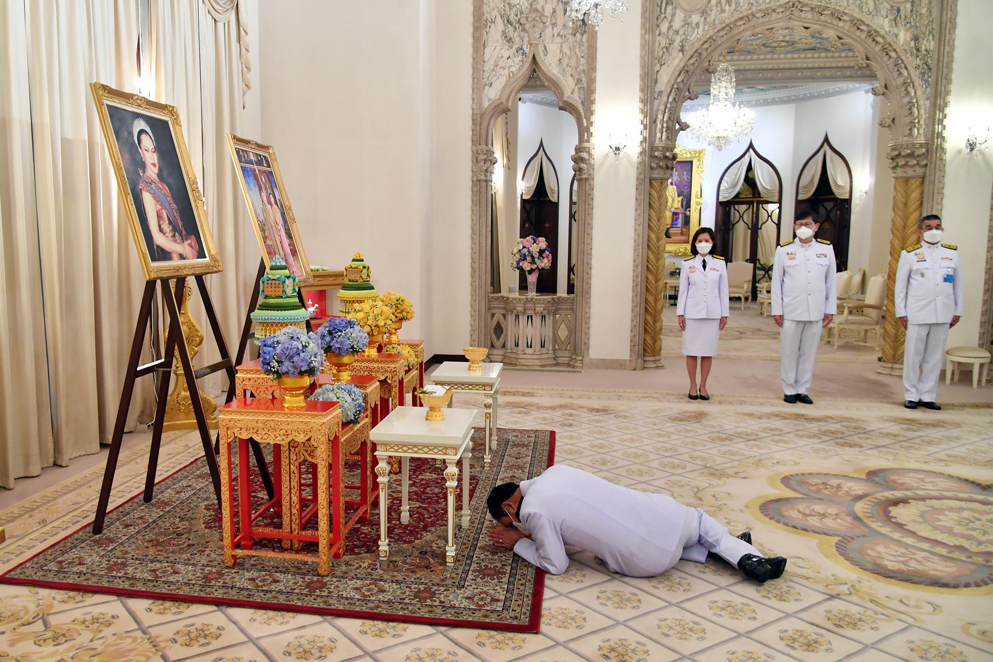 """""""ในหลวง-ราชินี"""" พระราชทานทรัพย์ 99.9 ล้าน ผ่านนายกฯ ช่วย รพ.สนาม-ศูนย์พักคอย รับมือโควิด"""